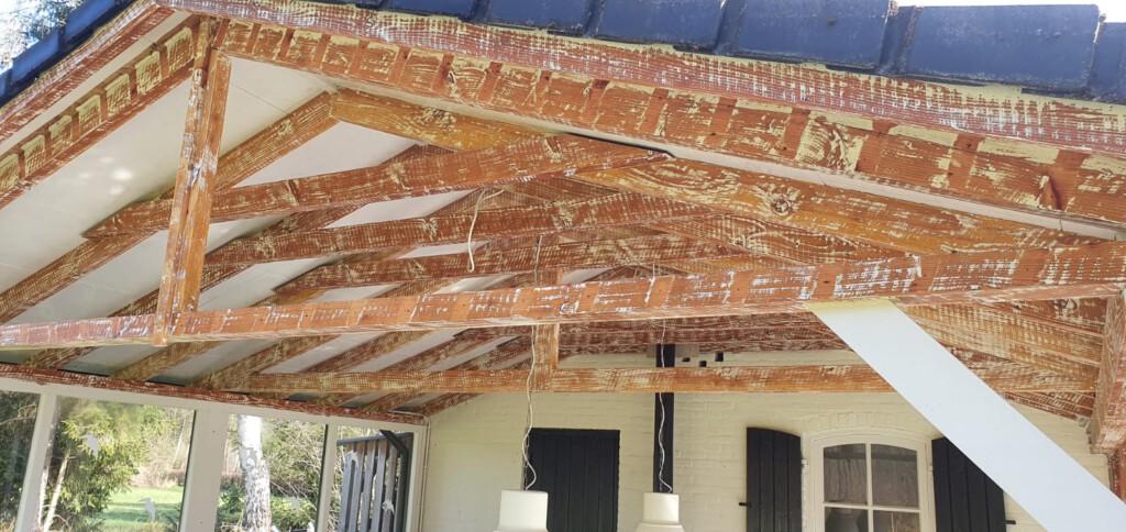 Overkapping met houtaantasters sporen